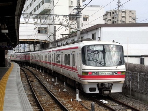 1200系スーパーパノラマ(須ヶ口駅) 1200系スーパーパノラマ(須ヶ口駅)  鉄道の調べ